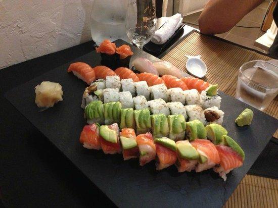 Sushi Bar Wazakura: 2 plateux dans une même assiette: la gourmandise!