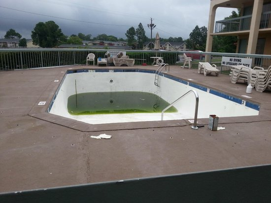 EconoLodge Inn & Suites: The NASTY pool!