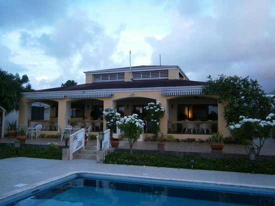 The Mount Nevis Hotel: Pool and restaurant area