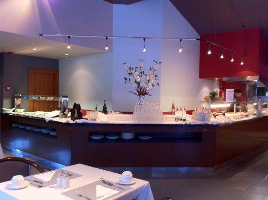 Hotel Acta Arthotel : Café da manhã com champagne.