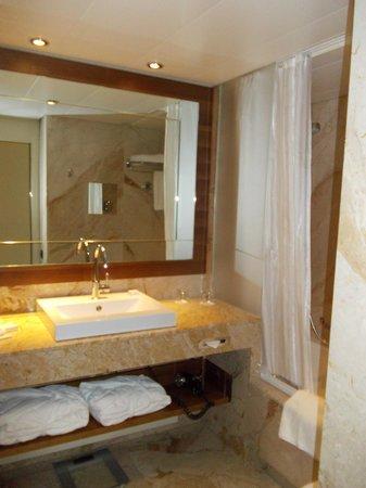 Grand Hotel Kempinski Geneva: suite salle de bain