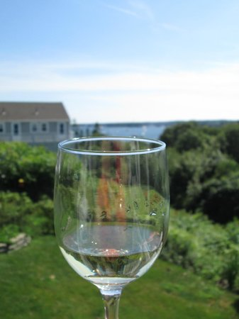 Harbor House Inn: Enjoy a glass of wine and the view!