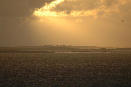Hostellerie de la Pointe Saint-Mathieu : vue sur molène au solei couchant depuis les chambres avec vue sur mer