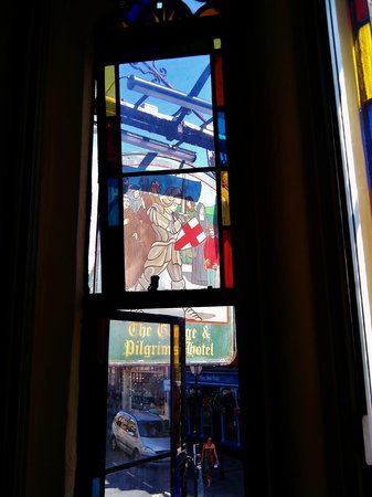 George and Pilgrims Hotel: Stained glass windows in the bedrooms.