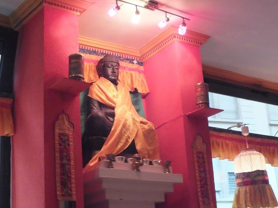Restaurant Tibet: bhudda was watching us.
