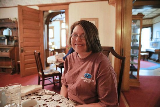 Crescent Lily Inn: Leece enjoys breakfast in the dining room