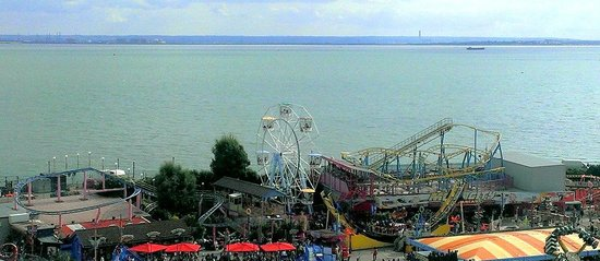 Park Inn by Radisson Palace Southend-on-Sea: Sea/Estuary view over Adventure Island!