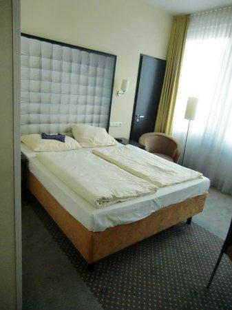 Mercure Hotel München Ost-Messe: Bett und Sitzgelegenheit