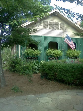 The Lattice Inn: Front of Bed and Breakfast