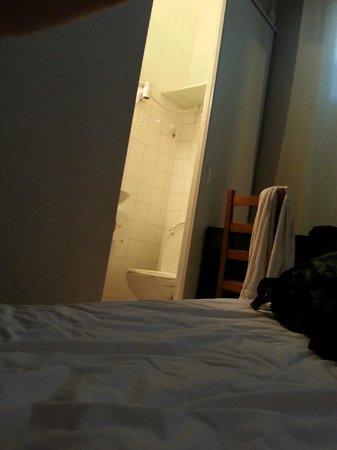 Hotel Le 126: salle de bain vu du lit