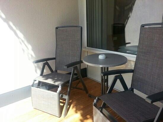 Kinder- & Gletscherhotel Hintertuxerhof: l'esterno di una delle due camere...la terrazza sul giardino