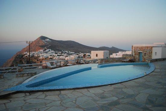 Miramare Hotel: piscina e panorama chora