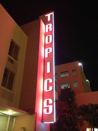 "Tropics Hotel & Hostel: ENSEIGNE ""TROPICS"""