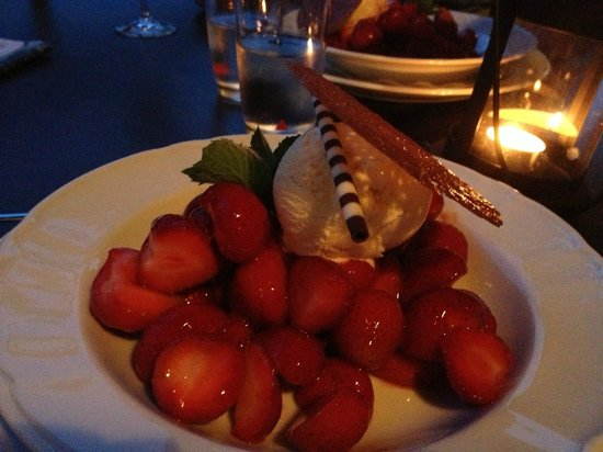 Weingut St. Nepomuk: Seasonal strawberries with homemade vanilla ice cream