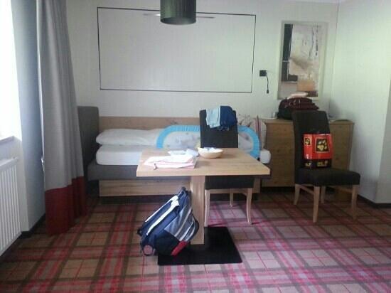Erstes Kinder- & Gletscherhotel Hintertuxerhof: assieme al nostro letto matrimoniale anche il letto per ns.figlio in camera con noi