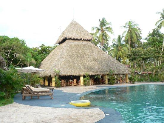 Clandestino Beach Resort: reception, bar and dining area