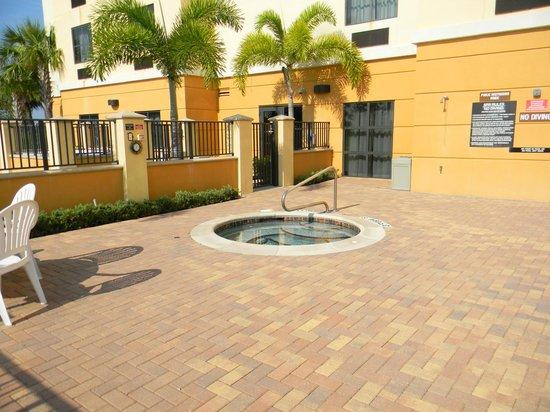 Comfort Suites Vero Beach: Hot tub