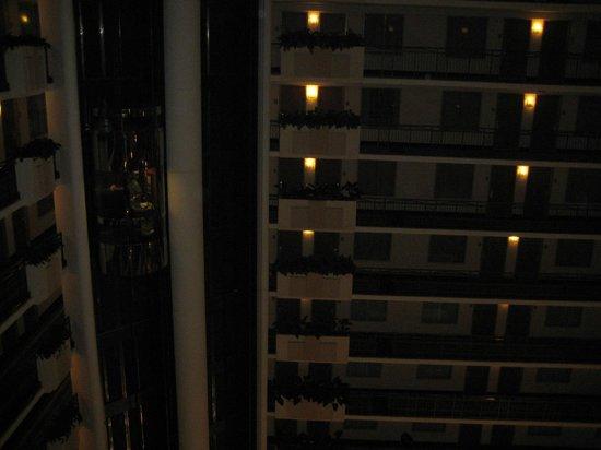Embassy Suites by Hilton Anaheim - South : Motsatt sida av innergården med hissar till vänster