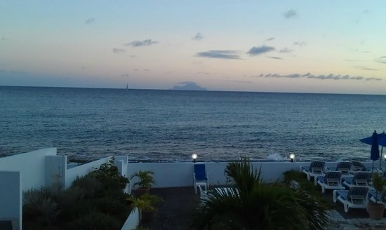La Vista Resort: Night time view