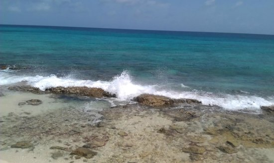 La Vista Resort: Rocks in front of beach