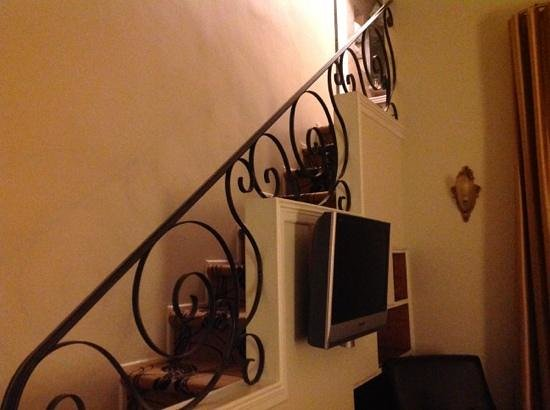 Le Manoir d'Auteuil : the stairs up to the bathroom