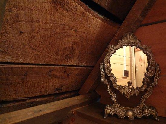 وود روف هاوس: mirror in the bathroom