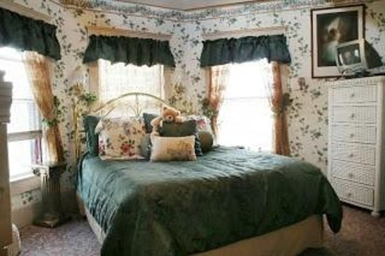 Holden House - 1902 Bed and Breakfast Inn: The bed in the Aspen Suite is right under the turret