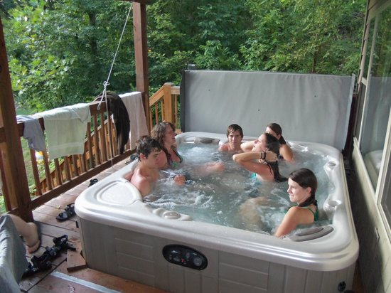 Hiwassee River Cabins : Six person 'fun' tub.