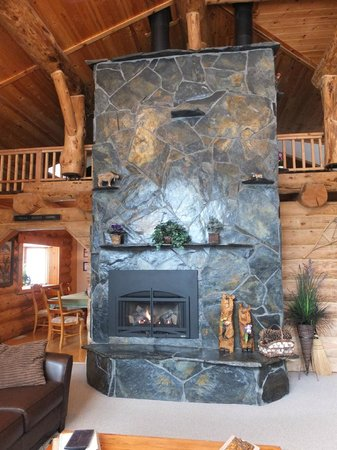 Bear Paw Lodge: Incredible hearth and fireplace