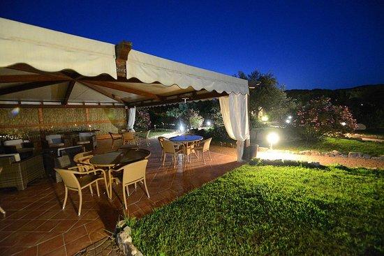 Ragno d'Oro Club Hotel: Großes Loungebereich im Garten