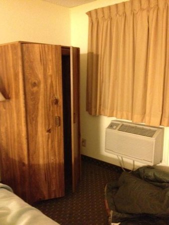 "Days Inn Buffalo WY : ""Closet"" and ac"