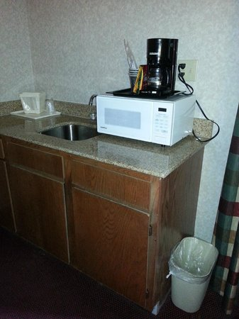 Super 8 Eureka Springs: Kitchenette area