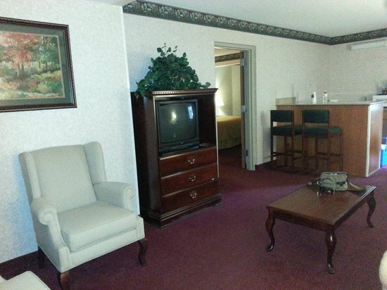 Eureka Holiday Hotel: Living area, looking in to bedroom door