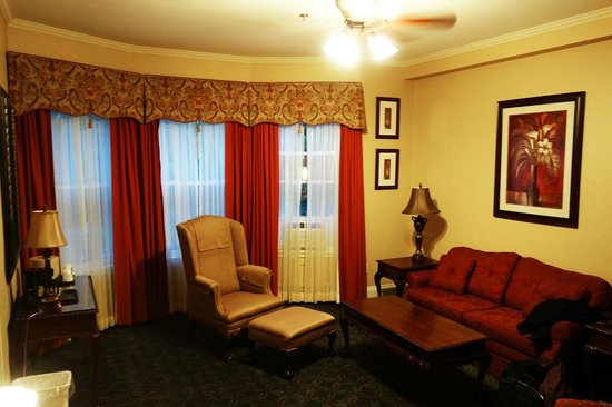 Dundee Arms Inn: Sitting area in the room - almost lavish in its appointments