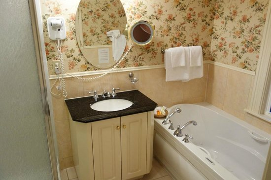 Dundee Arms Inn: The spotless and nicely decorated bathroom