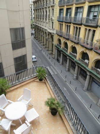 Regencia Colon Hotel: View below from the 4th floor