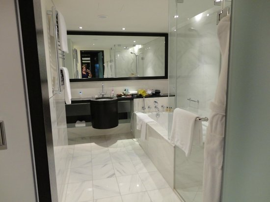 Hyatt Regency Kiev: luxurious bathroom, great soaker tub