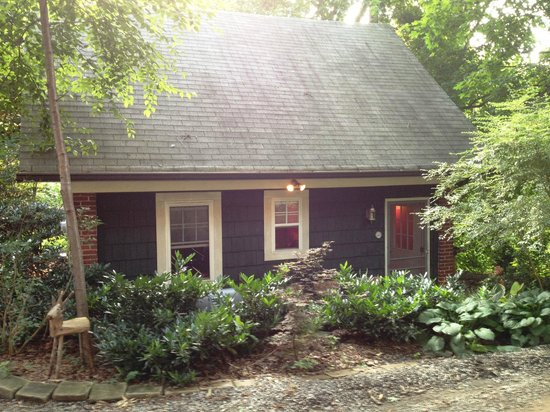 Sweet Biscuit Inn: Quaint Cottage, 2 bedrooms, living area and small kitchen