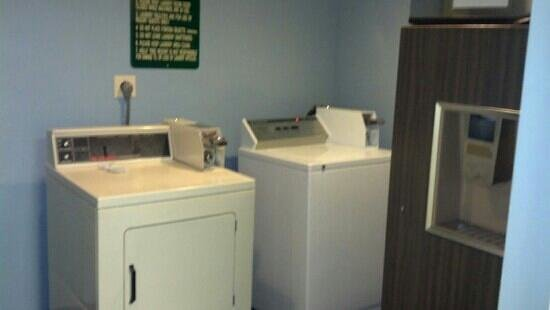 Holly Tree Resort: laundry room and ice machine