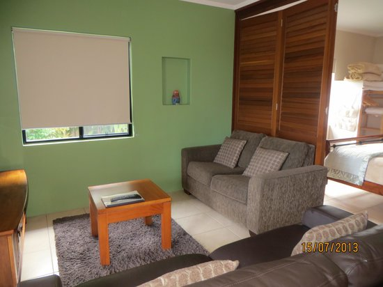 Pandanus Holiday Apartments: Lounge opening to master