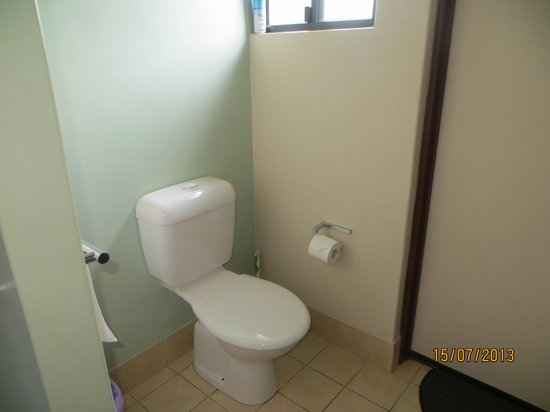 Pandanus Holiday Apartments: Toilet area