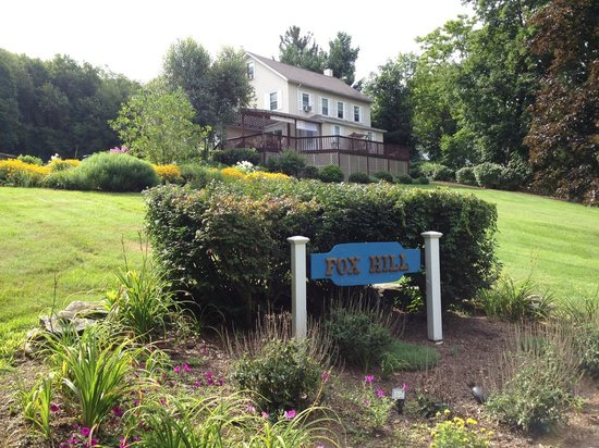 Fox Hill Bed & Breakfast: Beautiful grounds