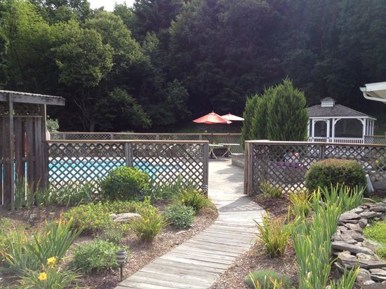 Fox Hill Bed & Breakfast: Pool, Gazebo in back right houses the hot tub
