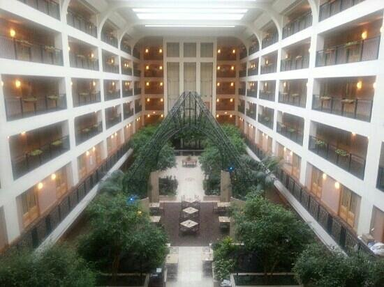 Wyndham Glenview Suites Chicago Northshore: nice bright atrium