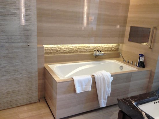 Mandarin Oriental Pudong, Shanghai : soak tub with tv