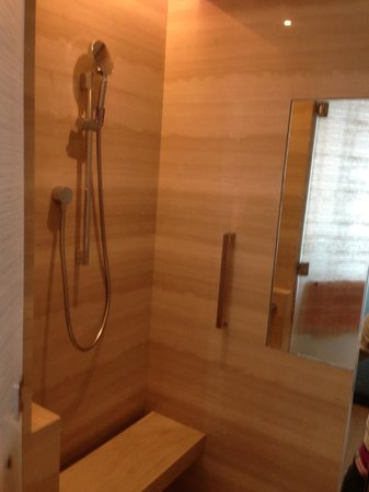 Mandarin Oriental Pudong, Shanghai : shower with your own bench and mirror