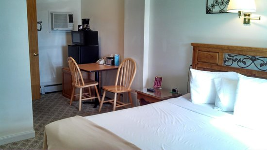 Sunset Lodge Escanaba : Guest Room Amenities - Front Side