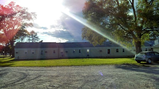 Sunset Lodge Escanaba : View from Back Side - Extra Parking