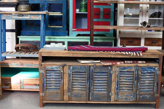 Typical furniture picture of flea market mercado de for Marcas de sofas buenos