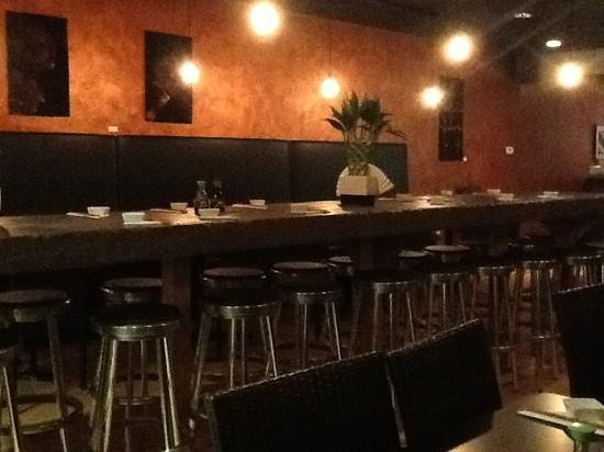 Seven Sushi Bar: lovely dining room with center bar